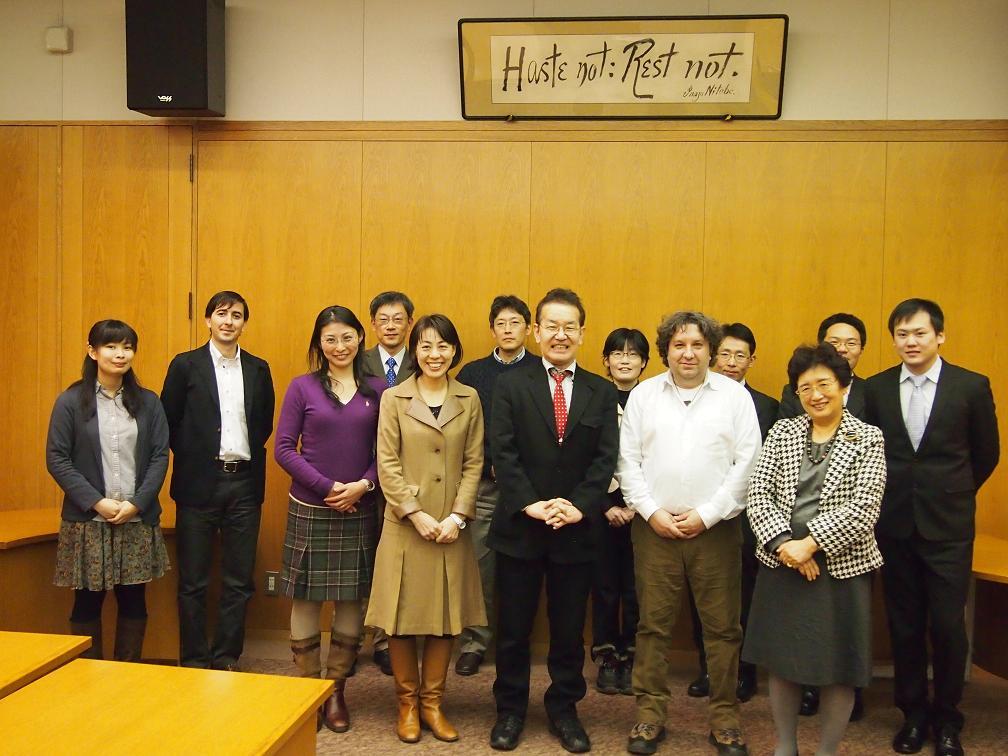 Prof. COVACIと環境健康科学研究教育センターメンバー集合写真