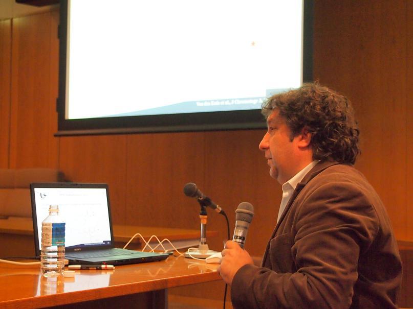 講演中のProf. COVACI