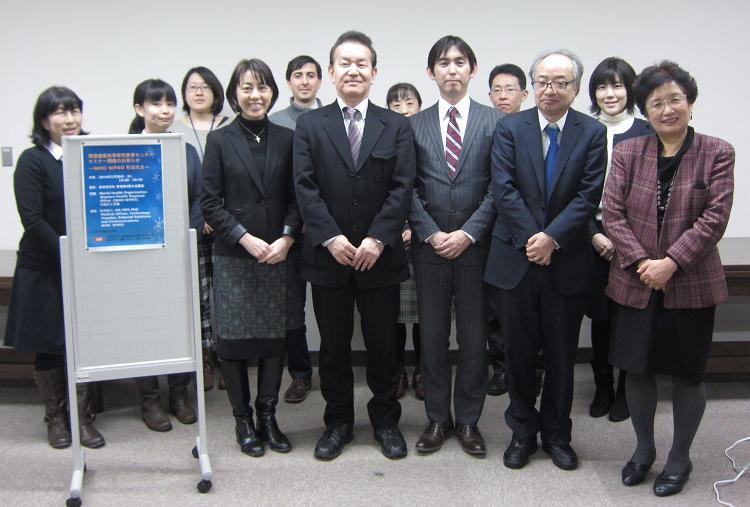 町田先生と環境健康科学研究教育センターメンバー集合写真